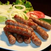 Колбаски, приготовленные на углях из трех видов мяса