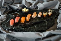 Суши с угрем на черном рисе