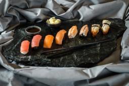 Суши с лососем на черном рисе