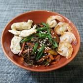 Лапша гречневая под соусом «терияки» с креветками